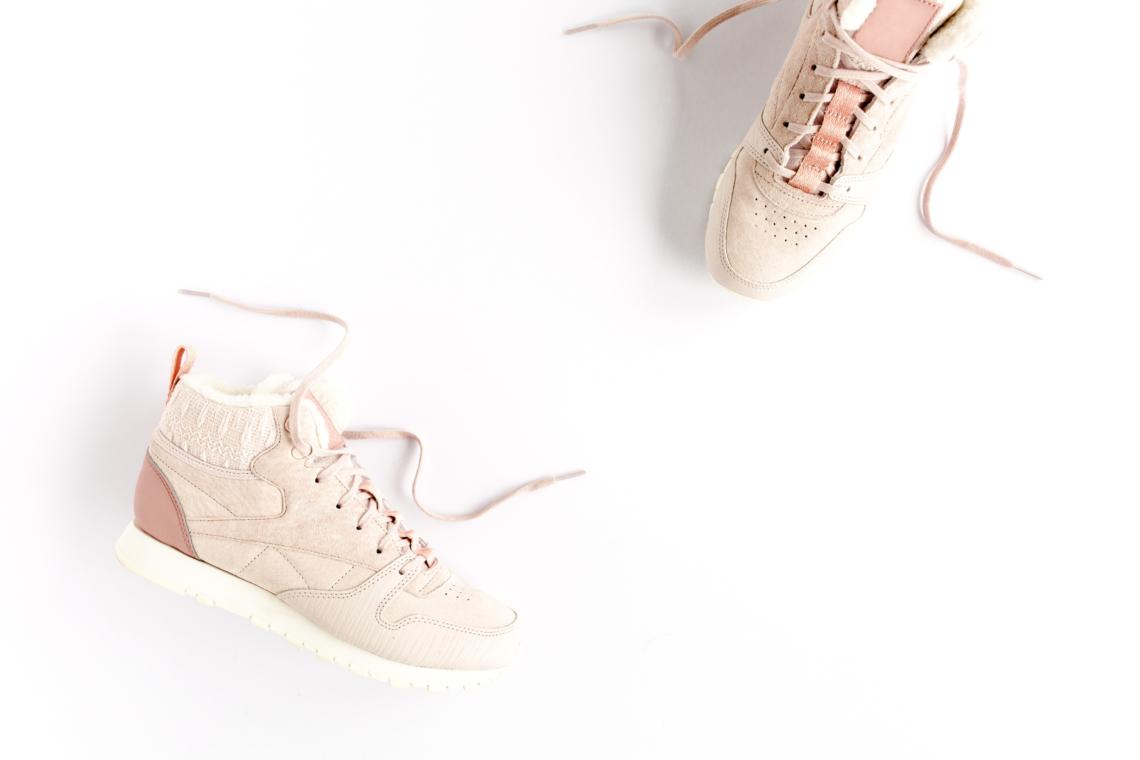 rosa sneakers utspridda på ett golv